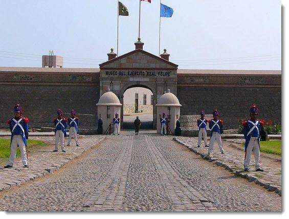 Standing guard at Fortaleza del Real Felipe