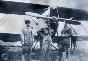 Velasco Astete (right) in front of his SVA biplane with his mechanics, Alfredo Icaza and Juan Castro Ramos