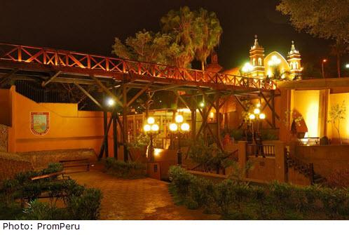 Foto de noche del Puente de los Suspiros en el distrito de Barranco en Lima, Perú