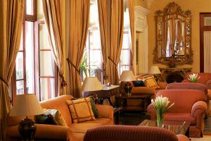 Elegante salón de recepción del Hotel Libertador Arequipa