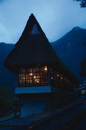 Vista nocturna de los exteriores del Inkaterra Machu Picchu Pueblo