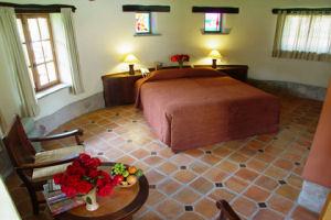 Habitación con cama king-size individual del Hotel Sol y Luna Lodge & Spa