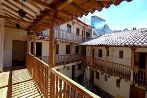 Balcón con vista al patio del Apu Huascaran Hostal