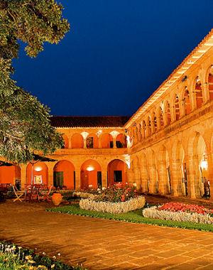 Imagen del patio principal del Hotel Monasterio en Cusco
