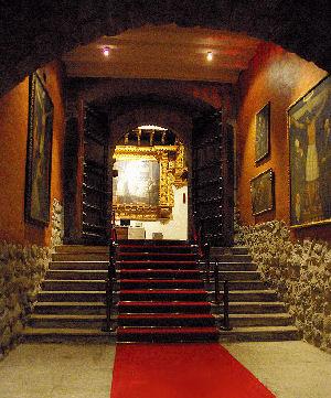 Escalinata de la puerta principal del Hotel Monasterio en Cusco