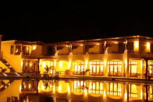 La Hacienda Bahía Paracas - Vista de noche de la piscina