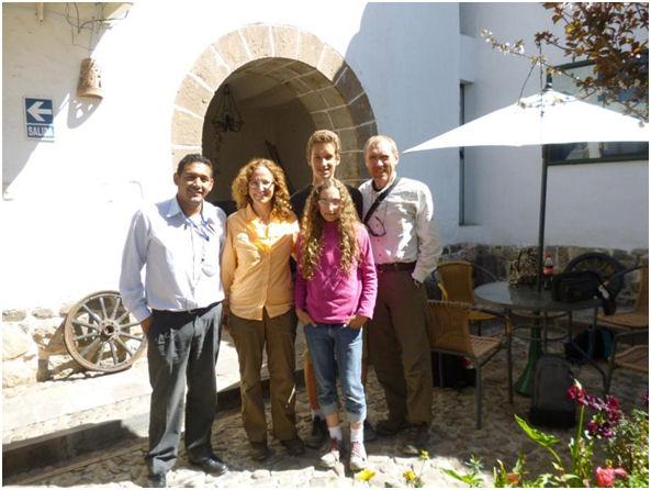 Los Bajtays y sus dos hijos en un encantador lugar de Cusco en sus vacaciones